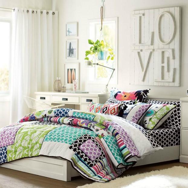 تخت خوابی با گلبرگ های شاداب و برجسته