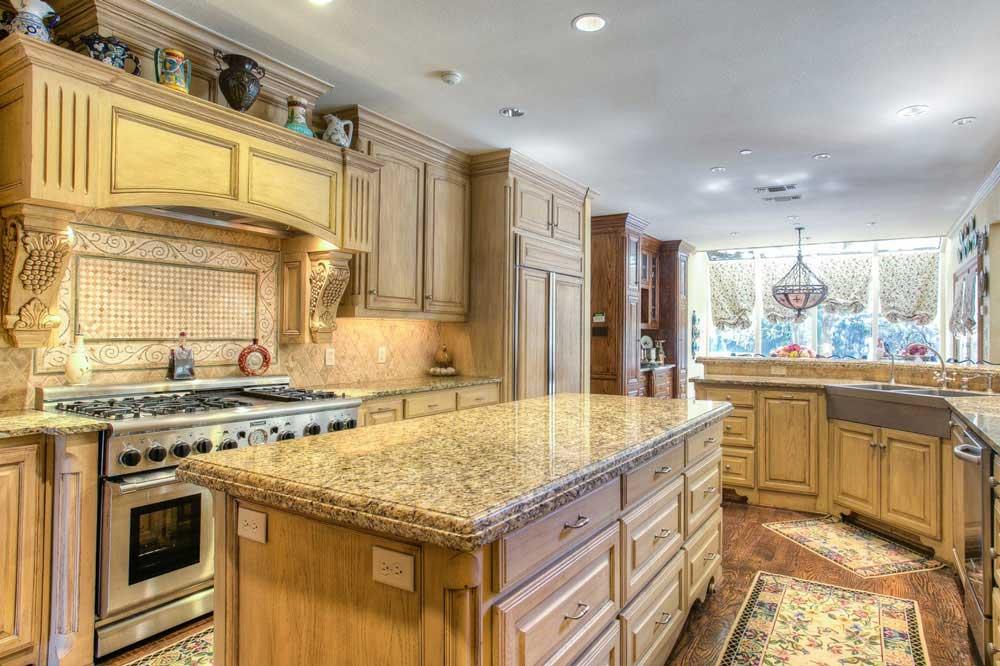 آشپزخانه شیک با طراحی اصولی کابینت ها