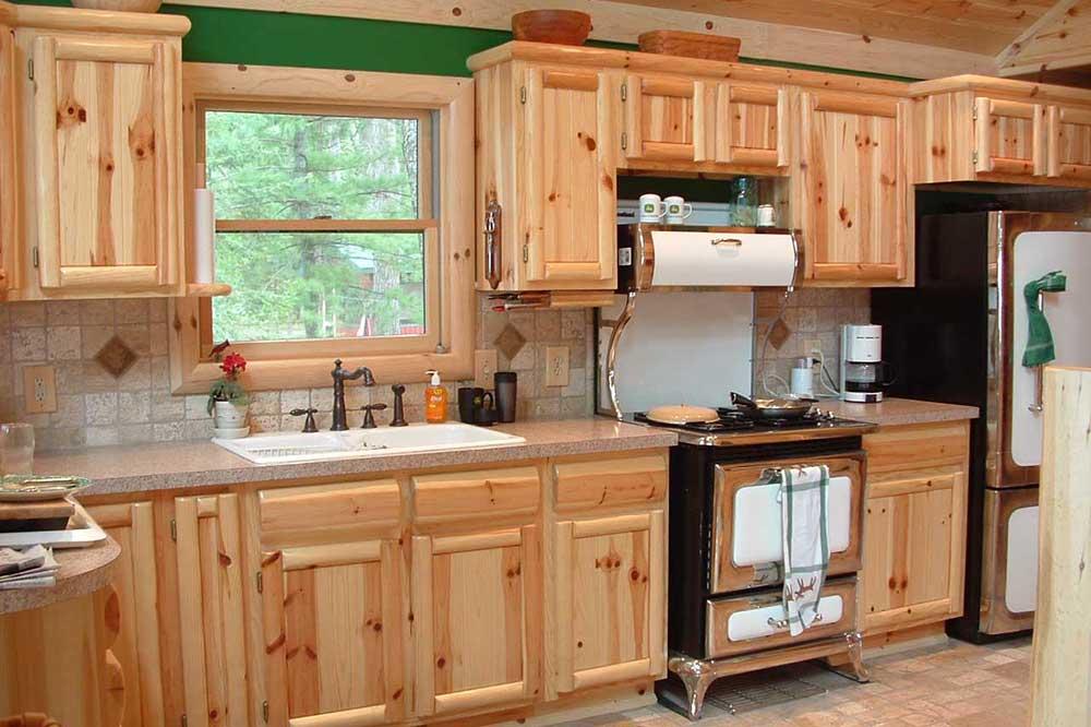 آشپزخانه با دکوراسیون چوبی