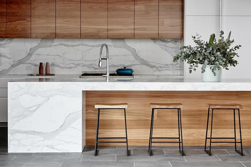 کابینت آشپزخانه مدرن: مرمر و چوب