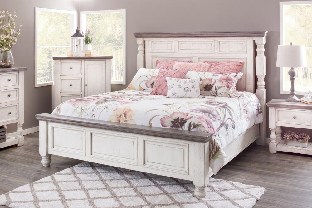 تخت خواب سفید در اتاق خواب کلاسیک