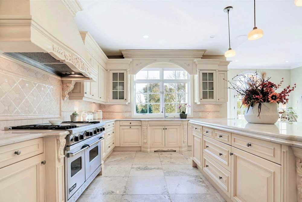 کابینت کرم باعث بزرگ تر به نظر رسیدن آشپزخانه می شود.