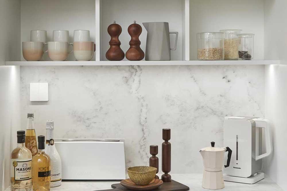 دکوراسیون کابینت آشپزحانه با قفسه های باز