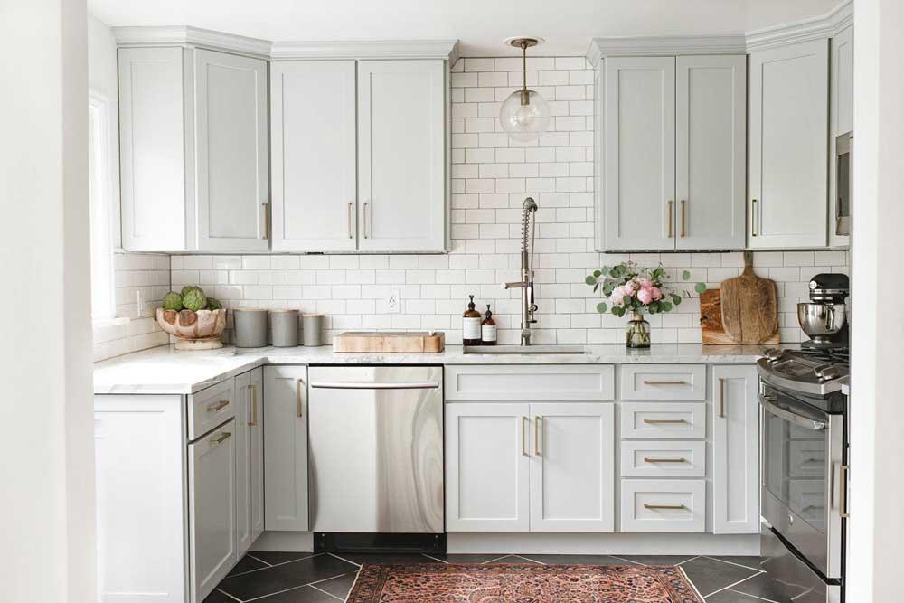 رنگ روشن در دکوراسیون کابینت آشپزخانه کوچک